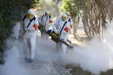 Nhân viên y tế phun thuốc khử trùng. Số ca nhiễm mới virus corona tại Hồ Bắc giảm mạnh trong ngày 19/2.