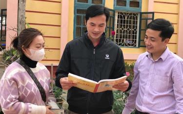 Hội viên nông dân xã Việt Thành, huyện Trấn Yên được tuyên truyền phòng chống dịch bệnh Covid-19.