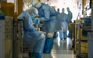 Nhân viên y tế mặc đồ bảo hộ tại bệnh viện ở Vũ Hán hôm 16/2.