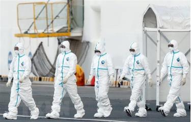 Nhân viên y tế làm nhiệm vụ gần tàu Diamond Princess tại khu vực cảng Yokohama, Nhật Bản ngày 10/2/2020.