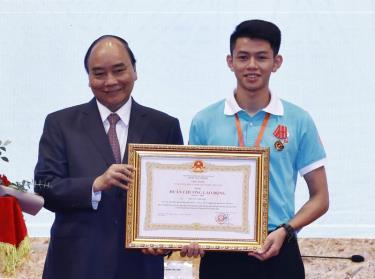 Thủ tướng Nguyễn Xuân Phúc trao tặng Huân chương Lao động Hạng Nhì cho Trương Thế Diệu vì thành tích đoạt Huy chương Bạc cuộc thi tay nghề thế giới năm 2019.