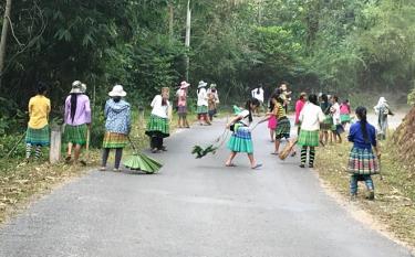 Nông dân thôn Khuôn Bổ, xã Hồng Ca tích cực vệ sinh môi trường nhằm giữ vững tiêu chí về môi trường của xã nông thôn mới.