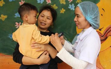 Bác sĩ Nguyễn Thị Hường luôn tận tâm chăm sóc bệnh nhi.