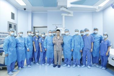 Bệnh nhân với bàn tay đang phục hồi rất tốt, chụp hình cùng các y bác sĩ đã thực hiện ca ghép chi thể đầu tiên từ người cho sống trên thế giới.