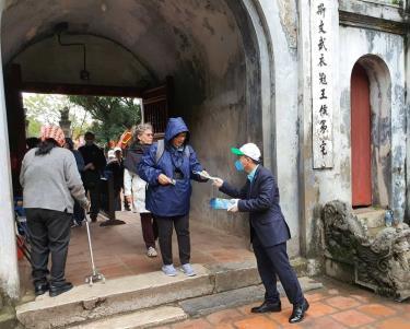 Phát khẩu trang miễn phí cho du khách tại điểm di tích Văn Miếu - Quốc Tử Giám.