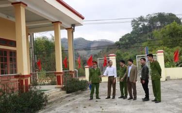 Lãnh đạo xã Lâm Giang cùng Ban Công an xã kiểm tra phương án đảm bảo an ninh trật tự.
