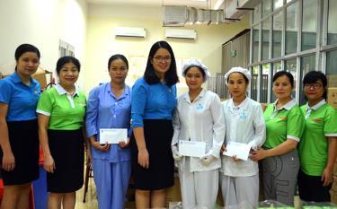 Lãnh đạo Công đoàn ngành y tế tỉnh Yên Bái trao quà động viên đoàn viên Công ty cổ phần Dược phẩm Yên Bái có hoàn cảnh khó khăn.