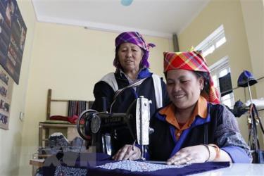 Những sản phẩm thổ cẩm độc đáo được hoàn thiện dưới đường may khéo léo của phụ nữ Mông.