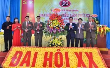 Đồng chí Nguyễn Minh Tuấn - Ủy viên Ban Thường vụ, Trưởng ban Tuyên giáo Tỉnh ủy cùng lãnh đạo Ban Tổ chức Tỉnh ủy tặng hoa chúc mừng Đại hội.