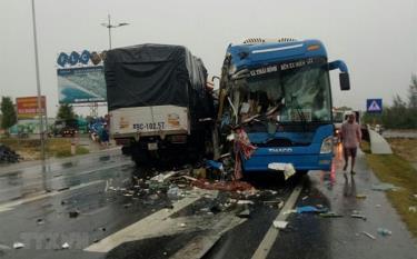 Hiện trường một vụ tai nạn giao thông nghiêm trọng giữa hai phương tiện trên tuyến đường Quốc lộ.