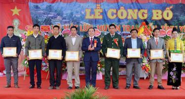 Đồng chí Trần Ngọc Luận - Chủ tịch UBND huyện Trạm Tấu tặng giấy khen các tập thể, cá nhân có thành tích xuất sắc trong phong trào xây dựng nông thôn mới ở xã Hát Lừu.