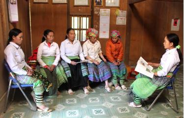 Cán bộ Hội Liên hiệp Phụ nữ xã Bản Công, huyện Trạm Tấu tuyên truyền pháp luật cho hội viên. (Ảnh: Minh Huyền)