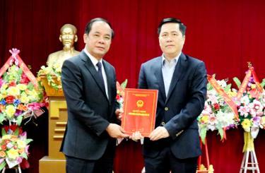 Đồng chí Tạ Văn Long – Phó Chủ tịch Thường trực UBND tỉnh trao quyết định bổ nhiệm tân Phó Giám đốc Sở Xây dựng Nguyễn Yên Hiền.