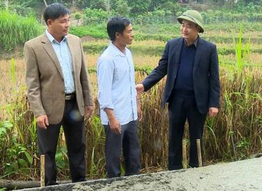 Đồng chí Hà Đức Anh - Phó Bí thư Thường trực Huyện ủy, Chủ tịch HĐND huyện Văn Yên kiểm tra việc thực hiện đề án phát triển giao thông nông thôn tại cơ sở.