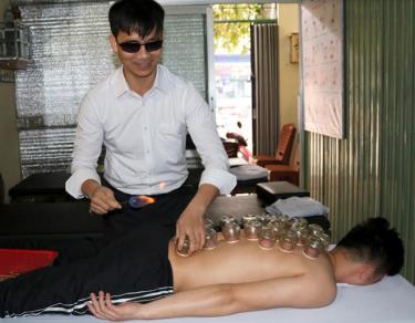 Anh Nguyễn Ngọc Khuyến giác hơi cho khách.