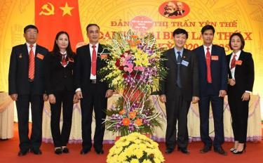 Lãnh đạo Huyện ủy tặng hoa chúc mừng Đại hội.