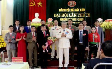 Thiếu tướng Đặng Trần Chiêu - Giám đốc Công an tỉnh tặng hoa chúc mừng Đại hội