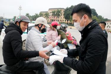 Singer Khac Viet presents medical face masks to local residents in Yen Bai city.