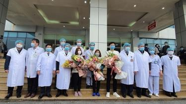 Doctors congratulate three nCoV patients on their discharge from hospital, Hanoi, February 10, 2020.