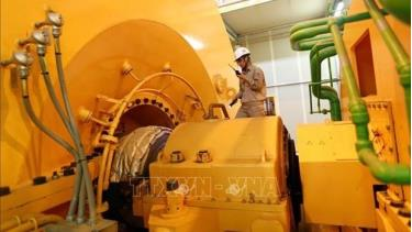 Checking a machine at the Thai Binh 1 thermal power plant, a project built with Japanese ODA