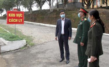 Vice Chairman of the provincial People's Committee Duong Van Tien examines the quarantine areas.