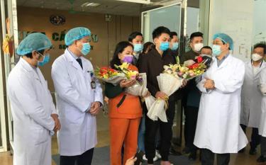 Phó giáo sư Lương Ngọc Khuê (bên phải) chúc mừng hai bệnh nhân nhiễm Covid-19 xuất viện chiều 18-2