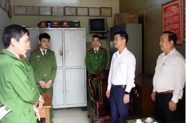 Đồng chí Dương Văn Tiến - Phó Chủ tịch UBND tỉnh kiểm tra nơi làm việc của Công an xã Xuân Ái, huyện Văn Yên.