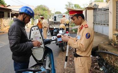 Lực lượng cảnh sát giao thông Công an huyện Văn Chấn tăng cường kiểm tra các phương tiện lưu thông trên địa bàn.