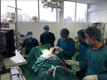 Thực hiện tán sỏi bằng máy Laser tại Khoa Ngoại, Bệnh viện Đa khoa Hữu Nghị 103 Yên Bái.