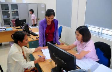 Người dân đến Phòng Giao dịch Ngân hàng Chính sách xã hội huyện Trấn Yên vay vốn.