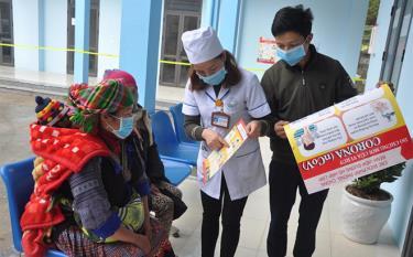 Cán bộ Trung tâm Y tế huyện Mù Cang Chải tuyên truyền, phổ biến và hướng dẫn người dân cách phòng chống dịch bệnh Covid-19. Ảnh minh họa