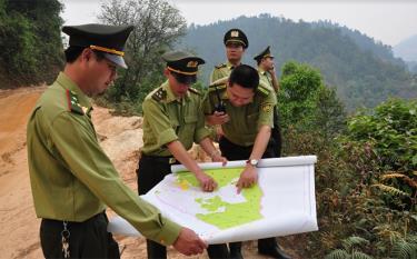 Lực lượng kiểm lâm huyện bàn phương án tuần tra bảo vệ rừng mùa khô hanh.