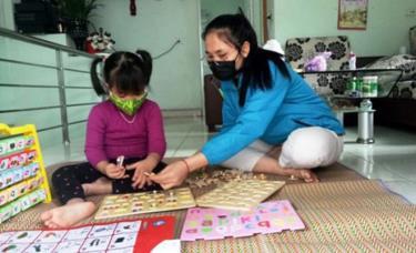 Trẻ được các bậc phụ huynh dạy những kỹ năng sống trong thời gian nghỉ học. (Ảnh minh họa)