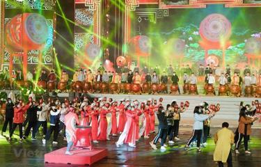 Các nghệ sỹ tổng duyệt màn trống hội hoành tráng tại chương trình nghệ thuật chào mừng thành công của Đại hội Đảng.