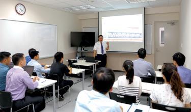 Giáo sư Nguyễn Đình Đức luôn dành tâm huyết cho việc giảng dạy, định hướng nghiên cứu khoa học cho sinh viên.