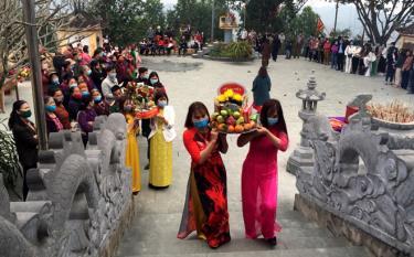 Rước lễ lên đền Mẫu Thác Bà