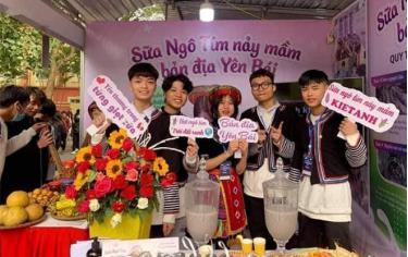Gian hàng trưng bày sản phẩm sữa ngô tím nảy mầm của nhóm Dự án tại Cuộc thi