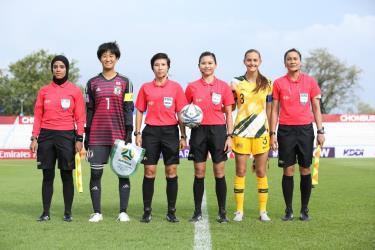Trọng tài Bùi Thị Thu Trang (thứ ba từ trái sang) và trợ lý trọng tài Trương Thị Lệ Trinh (ngoài cùng bên phải) là hai đại diện của Việt Nam được FIFA lựa chọn ứng viên cho VCK bóng đá Nữ thế giới Australia/New Zealand 2023.