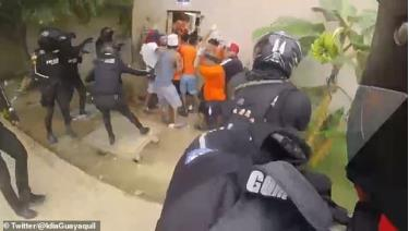 Lực lượng an ninh trấn áp các tù nhân.