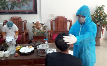 Cán bộ Trung tâm Y tế thành phố Yên Bái lấy mẫu xét nghiệm dịch Covid-19.