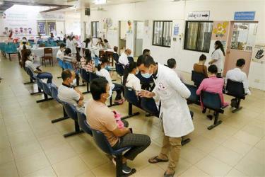 Người dân chờ 30 phút sau khi được tiêm vaccine phòng COVID-19 tại Phnom Penh, Campuchia, ngày 18/2/2021.