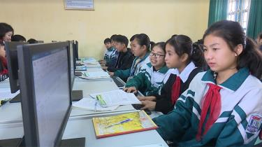 Giờ học Tin học của học sinh Trường Tiểu học và Trung học cơ sở Tân Hương, huyện Yên Bình.