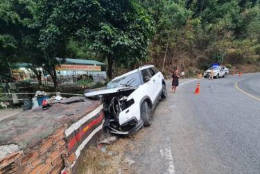 Xe ô tô con biến dạng sau tai nạn kinh hoàng