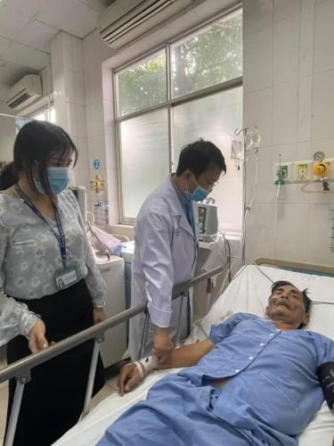 Nghệ sĩ Thương Tín nhập viện