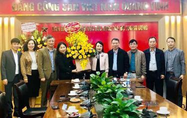 Đồng chí Vũ Thị Hiền Hạnh - Phó Chủ tịch UBND tỉnh tặng hoa chúc mừng cán bộ, y bác sỹ Ban Bảo vệ, chăm sóc sức khỏe cán bộ Trung ương.