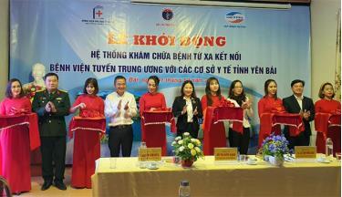 Các đồng chí lãnh đạo tỉnh và đồng chí Lê Thị Hồng Vân - Giám đốc Sở Y tế cắt băng khởi động hệ thống khám, chữa bệnh từ xa kết nối với bệnh viện đa khoa tuyến tỉnh và 8 trung tâm y tế tuyến huyện.