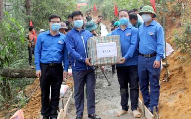 Lãnh đạo Tỉnh đoàn Yên Bái tặng quà cho đội thanh niên tình nguyện tại thôn Cang Dông, xã Pá Hu, huyện Trạm Tấu.