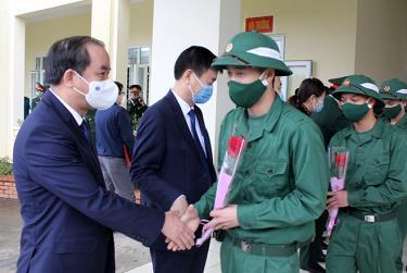 Phó Bí thư Thường trực Tỉnh ủy Tạ Văn Long động viên các tân binh lên đường nhập ngũ.