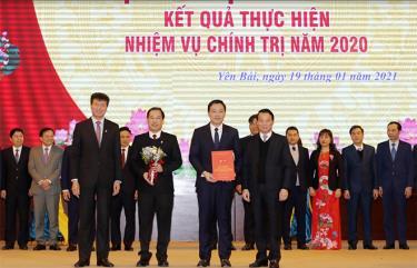 Đồng chí Đỗ Đức Duy - Bí thư Tỉnh ủy và đồng chí Trần Huy Tuấn - Phó Bí thư Tỉnh ủy, Chủ tịch UBND tỉnh trao thưởng huyện Yên Bình vì đã có thành tích xuất sắc trong thực hiện Chương trình hành động 190 của Tỉnh ủy.