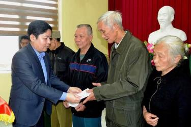 Acting Chairperson of Yen Bai city's People's Committee Nguyen Ngoc Truc presents Tet gifts to policy beneficiaries.